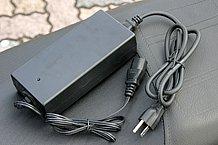 付属充電器のコンセントに挿し込むプラグは、3本ピンタイプ。通常のコンセントの人は変換コネクターを用意しましょう。