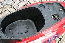 シート下ボックスはちょっとしたお買い物にはちょうどいい大きさ。小ぶりなジェットヘルメットくらいなら何とか入ります。