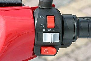 LANGに装備されているブーストボタン。走行中にこのボタンを押すと、その時間だけモーターの出力がUPするのです。例えば駐車車両の追い越しや、ちょっとした登り坂で勢いを付けたい時に有効。また、LANGでは電動バイクには珍しくキルスイッチも装備してます。イグニッションONでもキルスイッチがOFFなら動き出しませんし、さらにはサイドスタンドが出たままでも動きません。こうした安全装備は他社も見習って欲しいですね。