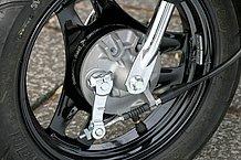 フロントブレーキは小径のドラム。同社原付にも数多く使用されており、効きは申し分ありません。フロントフォークの動きもとてもスムーズなもので乗り心地は良好。