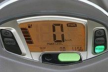 日中でも視認性抜群のデジタルメーター。スロットルのON/OFFは速度計下にフラッシャー表示されます。真ん中の緑のボタンは『エコ』『パワー』の切替スイッチです。
