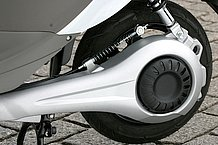 スイングアームとモーターハウジングを一体構造とし、そこへリアブレーキとリアサスペンションをマウントさせています。これなら既存車の電動バイク化も簡単ですね!