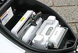 向かって右側がバッテリー、左側が充電器。