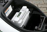 充電器の外寸をバッテリーと同じとしているため、写真のように充電器スペースに予備のバッテリーをセットできる気の効いた設計。この辺の芸の細かさはさすがスズキ!!