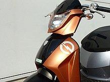 ライトカウルはショートスクリーン付き。ヘッドライト形状ともあいまって、とてもシャープな印象。電動バイクを思わせる電流マークもイイ感じです。
