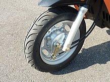 フロントブレーキはドラムブレーキ。Overの手でよく調節されており、効きは十分です。ブレーキハブの合わせ面などの作りを見ても、精度の良さが伺えます。
