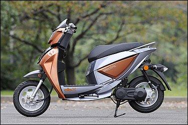まさに『デザインされたスクーター』という表現がぴったりのdbx。電動アシスト自転車でも高いデザイン性が人気のDK-CITY社ならではと言ったスタイリングには大満足!