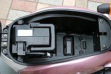 バッテリーは縦長のタイプなので、シート下のスペースは余裕があります。長いものは入りませんが、深さがあるので使い勝手が良いでしょう。