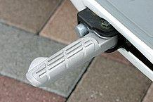 ステップボードが狭いので窮屈な時は格納式のアルミステップを使います。前方のプッシュボタンを足で押すと、ステップが飛び出す仕組み。