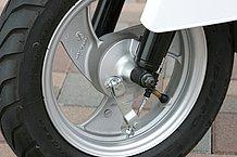 フロントのドラムブレーキは小径ですが、効きは十分なもの。コントロール性も良好です。ホイールデザインは極めてシンプル。