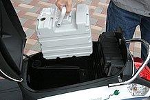 重量は約6,7kgといったところでしょうか。意外に小さなバッテリーという印象です。小型化が進むリチウムイオンバッテリーの進化を感じるポイントでもあります。