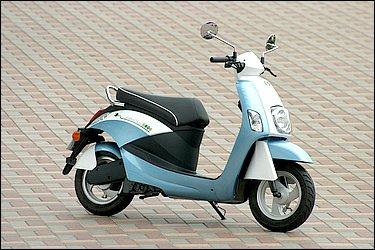 車体は男性が乗っても余裕のあるサイズ。さすがイタリアメーカーだけあって、プロポーションの良さは現行電動バイクの中でもトップクラスと言えます。主張しすぎない淡い色味が逆にスタイルを引き立てています。