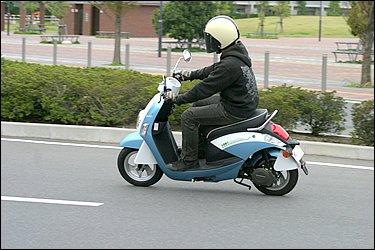 スクーター先進国でもあるイタリアは、古くからスクーターが市民権を得ていることもあり、数多くのメーカーが凌ぎを削る世界的にも大きなスクーター市場として知られています。そんな国からやってきた電動バイクは一体どんな車両なのでしょうか。
