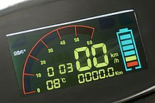 メーターパネルは発色の良いカラフルな表示に変更。速度計、電池残量計のほか、なんと外気温や走行時間も表示されます。