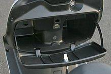 フロントカウル裏のグローブボックスは鍵付きで容量も十分なものです。グローブや書類などを入れるにはピッタリ。