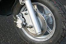 フロントブレーキはディスク。フォークは動きが良くなりましたし、タイヤもスポーティで、乗り味が向上しています。
