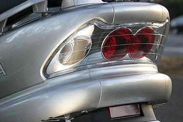 ヘッドライトやテールランプの意匠は従来通り。シードのランプ類は、先代から美しいクリアレンズを採用しています。
