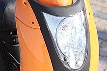 フロントカウルの大部分を占めるヘッドライト。内部はハイビームとロービームの二灯式です。デザインも車体全体にマッチしたものといえます。