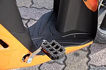 フットボード装備でスカートを履いた女性ユーザーも安心。ペダルに足を置いて走る時は、カーブでアウト側のペダル位置を下にすると運転しやすいですね。