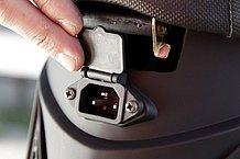 車載のまま充電するときは、シート下のプラグソケットに充電器のプラグを差込みます。充電が完了するまでに要する時間は4~6時間です。