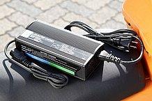 電源オンオフ機能のついた別売充電器(2万1,000円)はコンパクトな作り。充電状況のわかるインジケーターや安全対策用のヒューズも取り付けられた親切設計です。