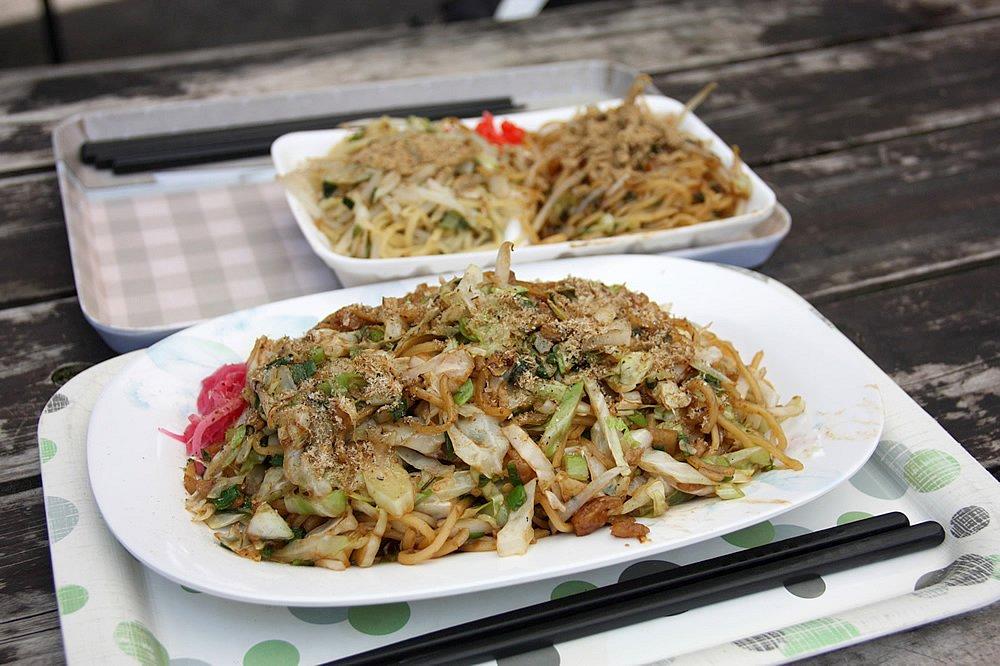 B級グルメの王者、富士宮やきそば。歯ごたえのある蒸し麺は」ガツンときます。塩味とのハーフ&ハーフも発見!