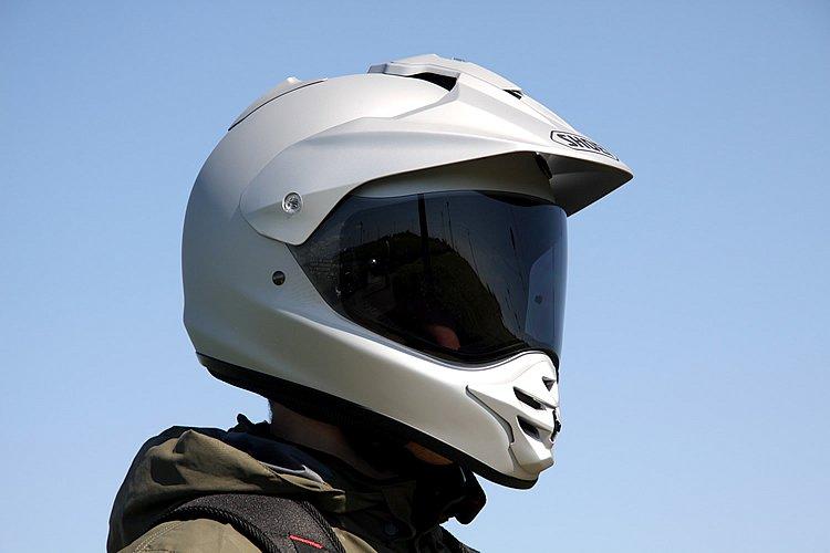 オフロードバイクでのツーリングにマッチする、バイザーを装備したシールド付きフルフェイス。シールドにPINLOCK fog-free sheetを標準装備し、曇りを防いでクリアな視界を確保してくれる。