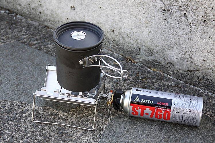 防風効果が高いゴトク兼風防の中にバーナー部分のー部を格納でき、まるで本を持つようなスッキリした収納ができるバーナー。カセットガスを利用できるのもポイントだ。もちろん火力は強力である。