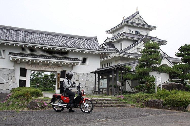 かすみがうら市の郷土資料館はお城を模して造られています。門と天守閣……バイクと一緒に記念撮影しても絵になりますね