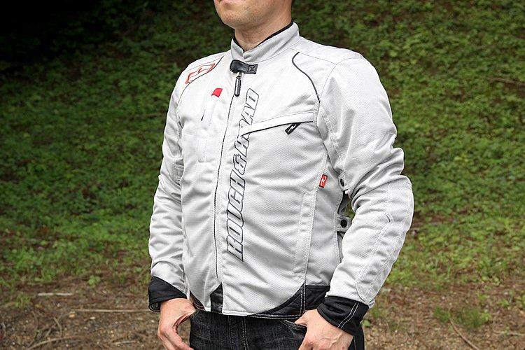 シンプルなスタイルに大きくロゴをプリントしたメッシュジャケット。プロテクターにワッフルタイプを使用しているので、風の通りは非常に良く、快適だ。