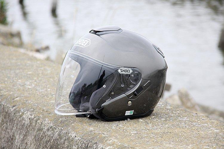 ワンタッチで開閉可能なインナーサンバイザーを装備したオープンフェイスヘルメット。日差しの強さ、周囲の明るさに応じて瞬時に調節できるので、ツーリングでも重宝する。
