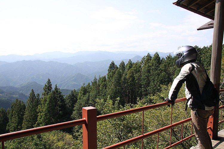 グリーンライン上、廃業した茶屋の脇からの眺め。奥武蔵から秩父にかけては、標高こそ高くないものの、山深いことがわかる