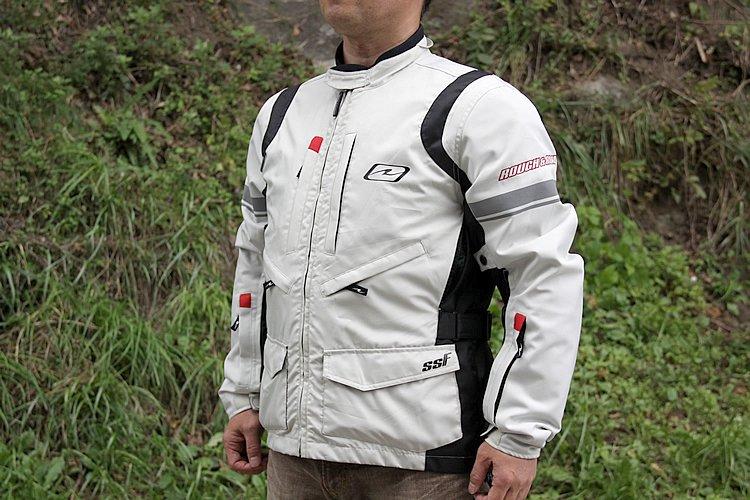 着脱式インナーベスト装備で3シーズン、別売のインナーを組み合わせれば真冬でも快適に過ごせるオールシーズンモデル。デザインはスッキリ系だがポケットが多く、収納力が高めでツーリング時にかなり重宝する。