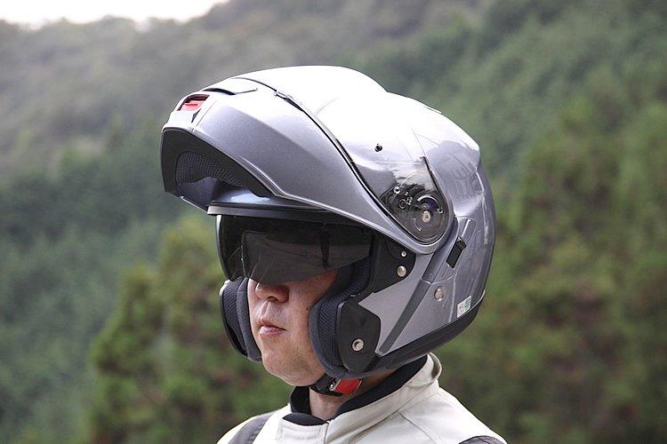 フルフェイスの安全性とジェットの快適性を両立させたシステムヘルメット。ワンタッチで上げ下げできるインナーサンバイザーを装備し、昼夜や夕方、トンネルなど光の状況に素早く対応でき、ツーリングでの利便性は高い。