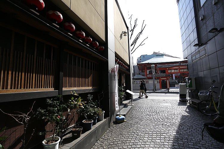 善國寺の毘沙門天に見守られた神楽坂は、表通りを一歩入ると石畳の横丁が縦横に走る。江戸の風情を今に残す貴重な街だ