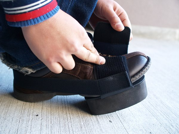マジックテープの伸縮素材のバンドで取り付けるため、靴のサイズを気にすることなく取り付け可能。付けたままでも、歩行は可能になっているのがうれしいトコロ。