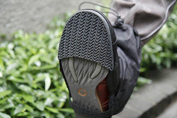 あえてフルサイズのソールとせず、足を着く部分だけのハーフタイプゴムソールを装着。雨の日でも安心なグリップ感+熱気がこもりにくい構造となっている。