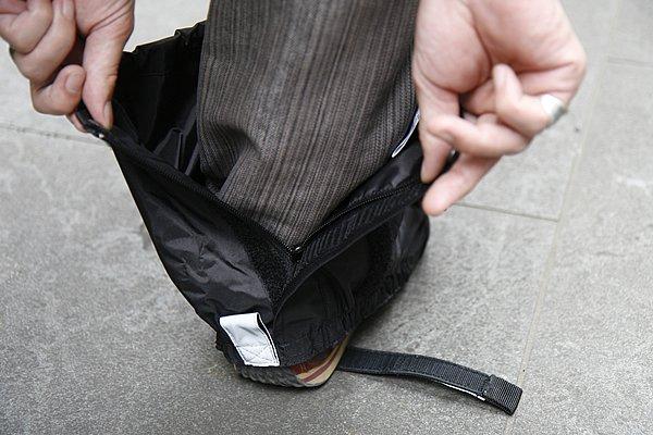 フルオープンタイプだと急いで履くときにうまくファスナーが…という点を考慮して、2cm程残して開くファスナーを採用。靴下を履くようにサッと装着できる。