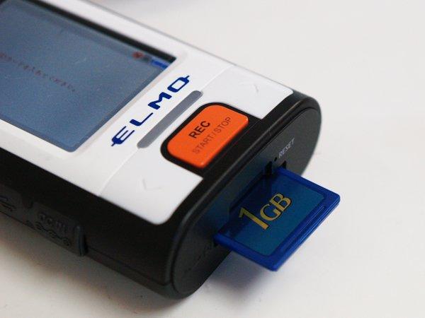 デジカメの記録メディアとしても一般的なSDカードに録画映像は記録される。1Gのメモリーカードで最大54時間の録画が可能。