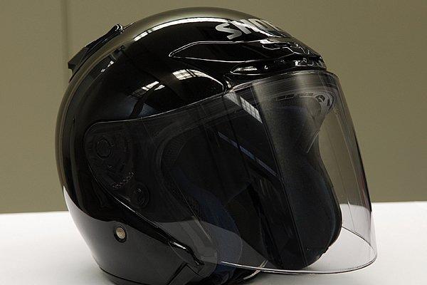 やれたヘルメットの外装もこの通りあっという間にツヤピカに変身。シールドの汚れも落ちて透明度が回復した。ただし、キズ消し効果はないのでご注意を。