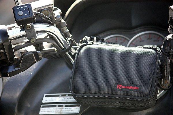 ビッグスクーターのハンドル回りに簡単に装着できるヘンリービギンズ・ナビポーチ。カバーを閉じた状態はなかなかスタイリッシュだ。