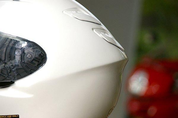 XR-1100は一体成形の帽体で先進のエアロフォルムを実現。良好な空力特性はもとより、抜群の静粛性と高級感漂う外観を得ている。