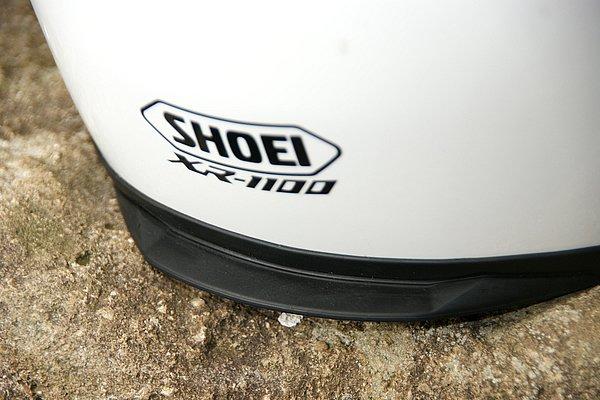 目立たない存在だが、テールフィン3も注目すべき装備。帽体と一体のエアロスポイラーとあいまってヘルメット後方の気流を緻密に制御している。