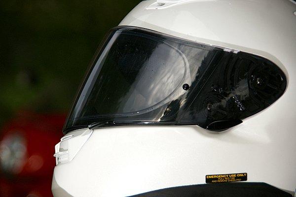 X-TWELVEと同等のCW-1シールド+Q.R.S.A.システムを採用。静粛性の向上のみならず、標準装備の新型Pinlockシートにより視界も良好。
