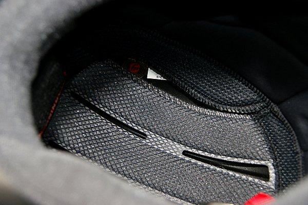 """吸水速乾素材""""HYGRA""""を採用した内装には、緊急時にヘルメットを外し易くするE.Q.R.S.を搭載。シェルは最高の安全性を誇るAIM+構造だ。"""