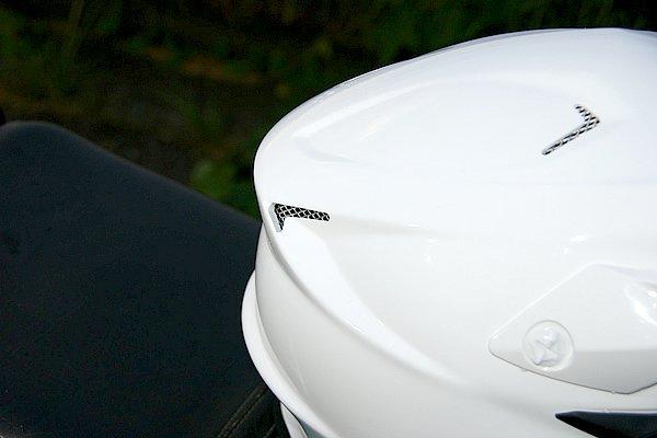 使用環境を考慮し、別体パーツを排除したベンチレーション。帽体の複雑なデザインによって発生する負圧を利用して効果的に機能する。