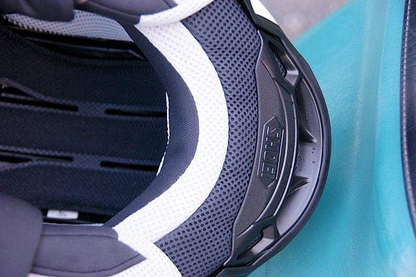 """吸放湿性能を持つ新素材""""HYGRA""""を採用した内装。帽体下端は空力特性とネックアウトレットの排出効率を追求した形状である。"""