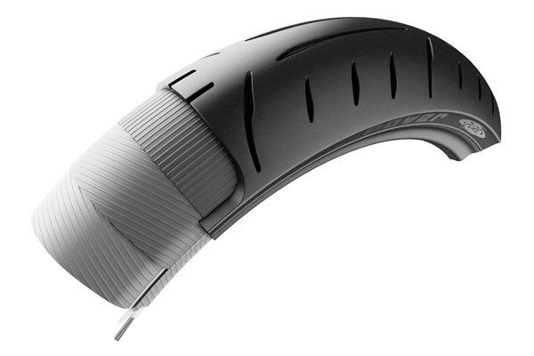 軽量タイヤ技術LTTが採用されたフロントタイヤ。タイヤの軽量化は、ブレーキディスクの4倍、ホイールの3倍の慣性力軽減効果をもたらす。