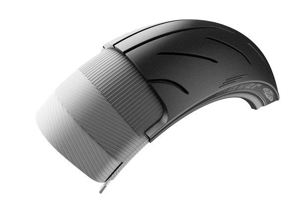 LTTにより構築されたリアタイヤ。キャッププライにはスチールの5倍の強度を持つアラミド繊維だ。トレッド面ゴム厚も従来品と同等。
