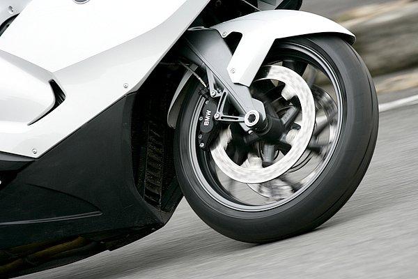 フロントタイヤは両サイド25%ずつにソフトコンパウンドを配置。グリップとともに正確なハンドリングを実現。